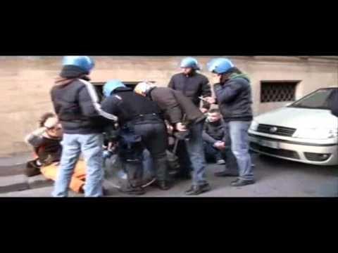 Manifestante zittisce un poliziotto (Roma 14 dicembre 2010)
