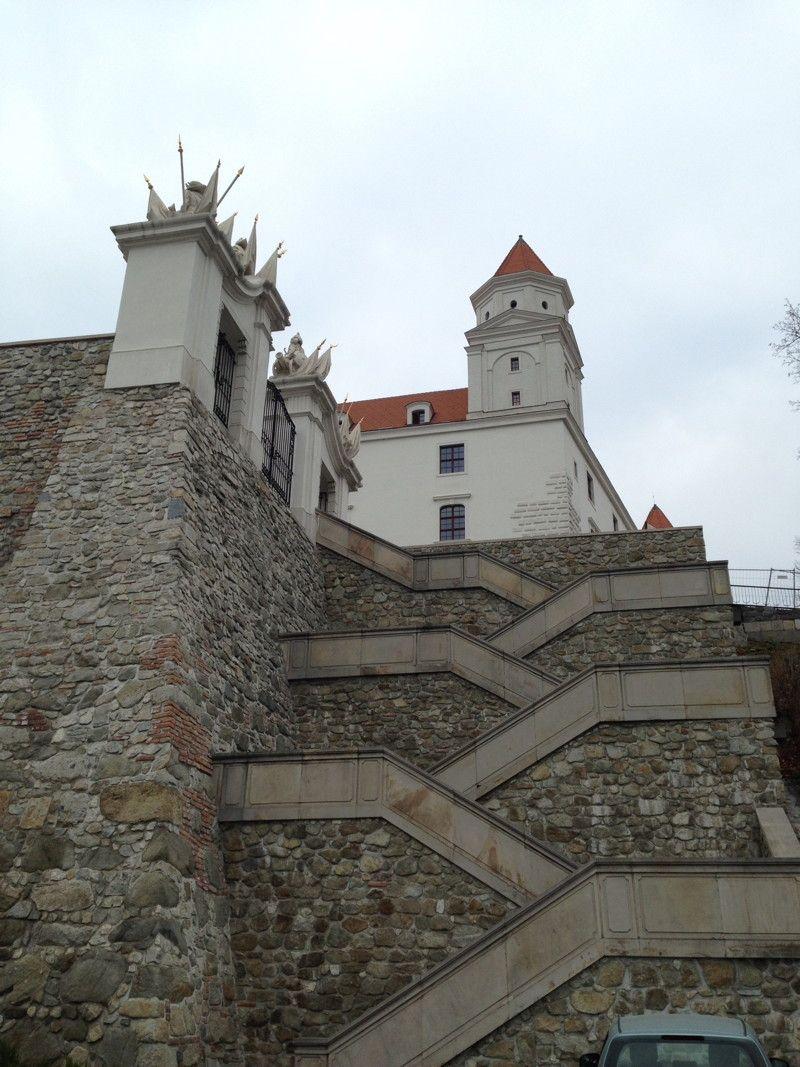 Bratislava: eine Treppe zur Burg, die vor verschlossenen Toren endet.