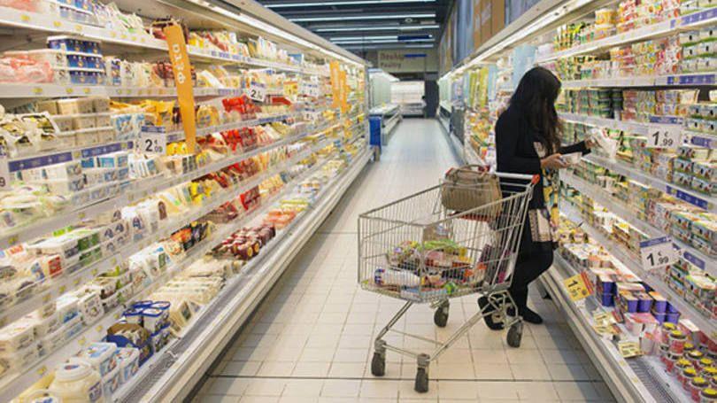 Consumidora fazendo compras em um supermercado do Carrefour no Chipre