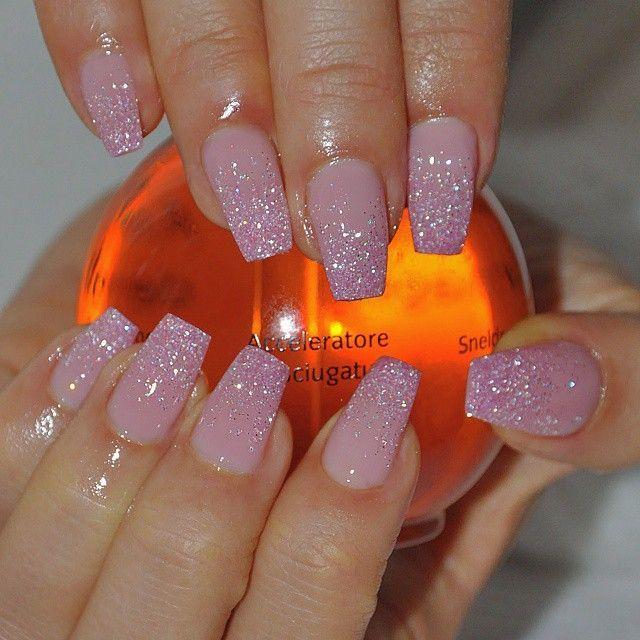 rosa glitter naglar
