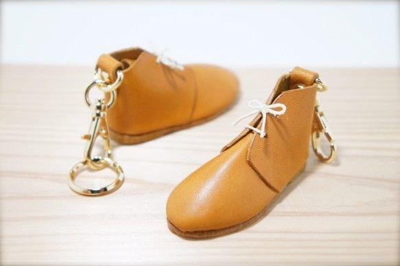 本 物 の 靴 の 型 紙 を そ の ま ま 1/ 4 サ イ ズ に 小 さ く し て か わ い ら し い ミ ニ チ ュ ア キ ー ホ ル ダ ...|ハンドメイド、手作り、手仕事品の通販・販売・購入ならCreema。