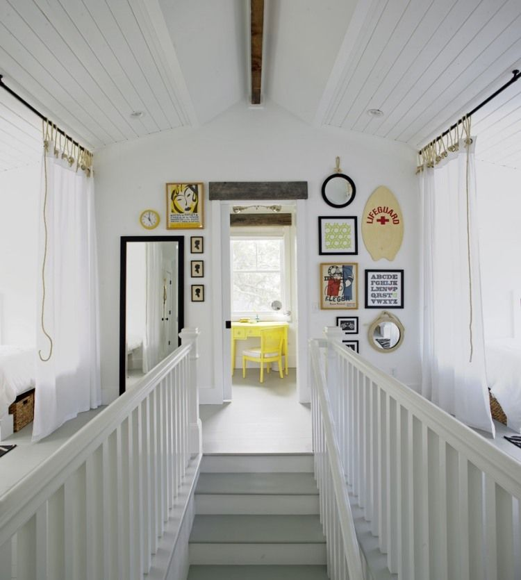 Flur und Treppenhaus in Weiß mit abwechslungsreicher Deko