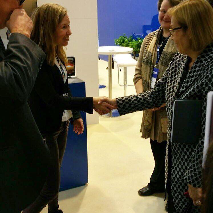 Suomen Saksan suurlähettiläs Ritva Koukku-Ronde kävi vierailulla Symbion ständillä keskustelemassa digitalisaatiosta #hm16 #hannovermesse #iot #digitization #digitalization #politics @symbiofinland by finmiar