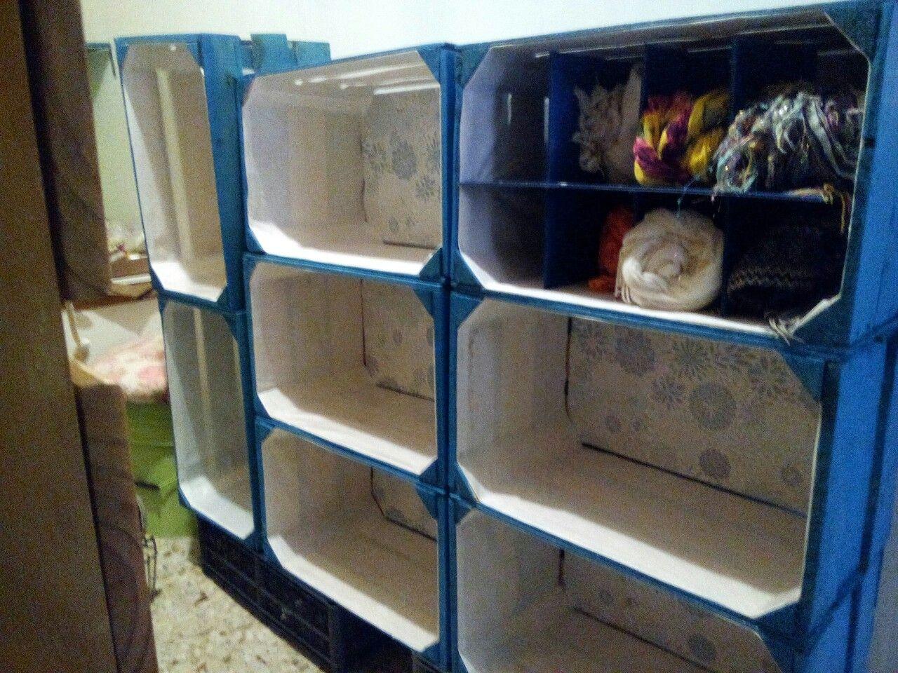 Cajonera hecha con cajas para verduras. Pintadas y forradas