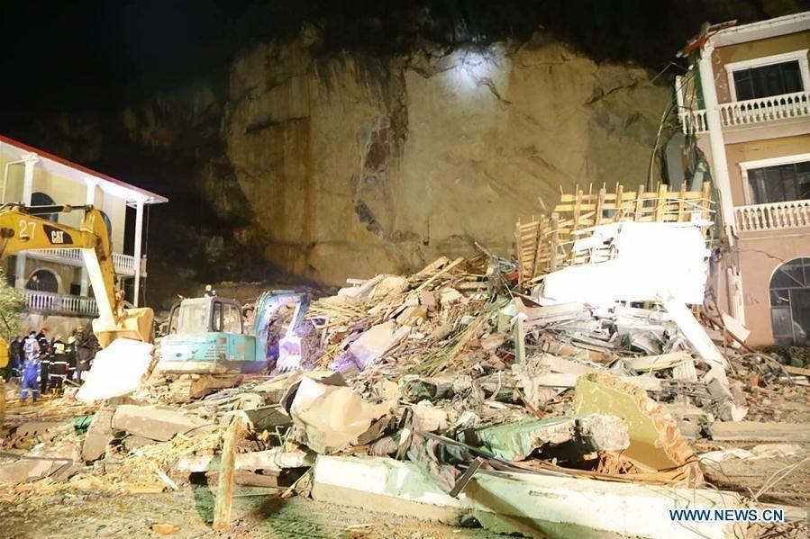 شبكة أجواء انهيار أرضي ضرب جانبا من فندق في مقاطعة هوبى بوسط الصين يوم الجمعة ليلا واسفر عن مقتل شخصين و 10 آخرين في عداد المف Mirage Hotel China Landslide