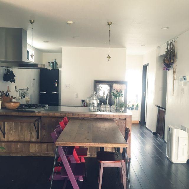 キッチン 無垢の床 漆喰壁 ドライフラワー 芍薬 などのインテリア