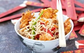 Sursød nudelsalat og sprøde tigerrejer Et godt alternativ til china-boxen....du kan selv nemt trylle en velsmagende nudelret frem med gulerødder og peberfrugter. Tigerrejerne vendes i rasp og revet ost og bliver sprøde i ovnen.