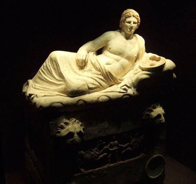 La tomba inviolata dei Cai-Cutu fu scoperta nel dicembre 1983 a Perugia. Un giardiniere, zappando l'orto, aveva provocato lo sfondamento di parte della volta del vestibolo.   Questo è il sarcofago di Arnth Cai Cutu, dalla tomba Cutu nella necropoli di Monteluce a Perugia, III sec. a.C.