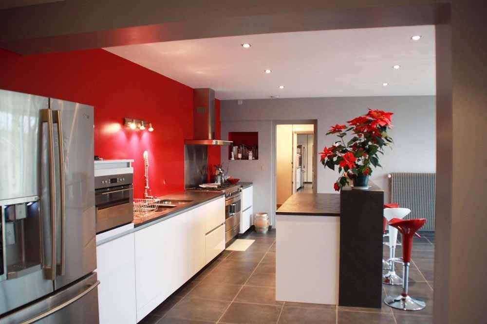 Cuisine Blanche à Mur Rouge Et Plan De Travail En Quartz Noir // Ilot  Central Avec Espace Bar Surélevé