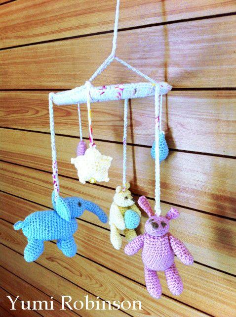 友人の出産祝いに!と作った、編みぐるみのベビー・モビールです♪うさぎ、ぞう、くま。そして、星、ハート、しずくをバランス良く吊り下げました!柔らかいコットンヤー...|ハンドメイド、手作り、手仕事品の通販・販売・購入ならCreema。