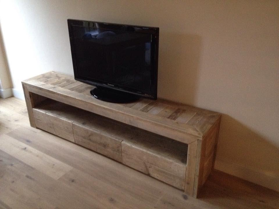 Een mooi tv meubel gemaakt van gebruikte steigerhouten planken