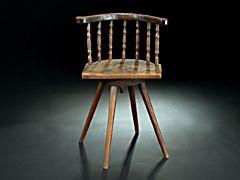 Spinnstuhl  Spinnstuhl aus Eichenholz mit vier nach aussen gestellten, facettierten Füßen. Drehbare Vorrichtung. Gedrechselte Sprossen.   H.: 80 cm.