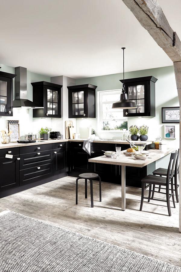 Landhausküchen in modernem Gewand: Zum Beispiel in Schwarz statt klassischem Weiß und mit Edelstahl-Geräten. #küche #küchen #kueche #kuechede #mhkkuechede #nobilia #inselküche #kücheninsel #interiordesign #design #innenausstattung