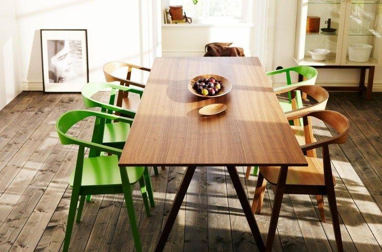 rechteckiger Esstisch aus Nusbaumfurnier mit Beinen aus massiver ...