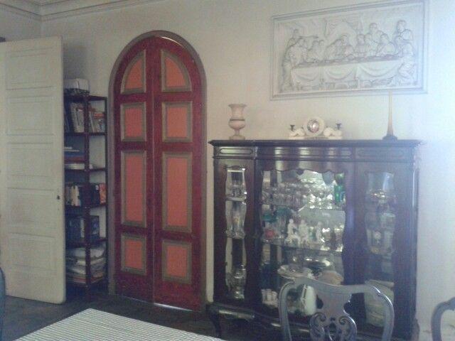 Cristaleira da sala de jantar e porta (pintada por mim) que dá para a sala redonda. A porta à esquerda que quase não aparece dá para a copa/sala de jantar