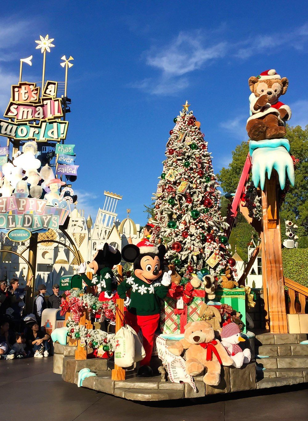 reasons to visit disneyland at the holidays christmas fantasy parade at disneyland