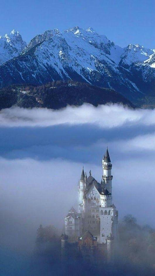In Het Verhaal Is Het Kasteel Dicht Tegen De Bergen Van Nacht En Ontij Neuschwanstein Castle Castle Beautiful Places