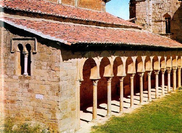 Au début du Xe siècle, une communauté de moines fuyant les persécutions à Cordoue arrive dans la province de Castille-et-Léon où elle fonde le monastère de San Miguel de la Escalada. Ils construisirent leur église sur les ruines d'une église wisigothe. http://bit.ly/2ceNZTY