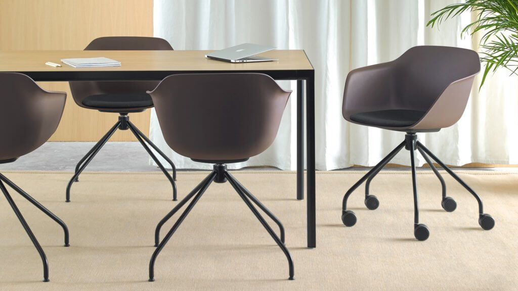 Fauteuil De Reunion Design Avec Une Assise Coque En Plastique Tres Solide En 2020 Chaise Plastique Chaise Plastique Design Fauteuil