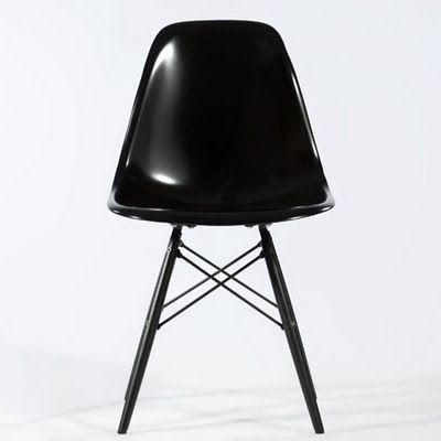 Zwarte Eames in combinatie met een ruw houten tafel