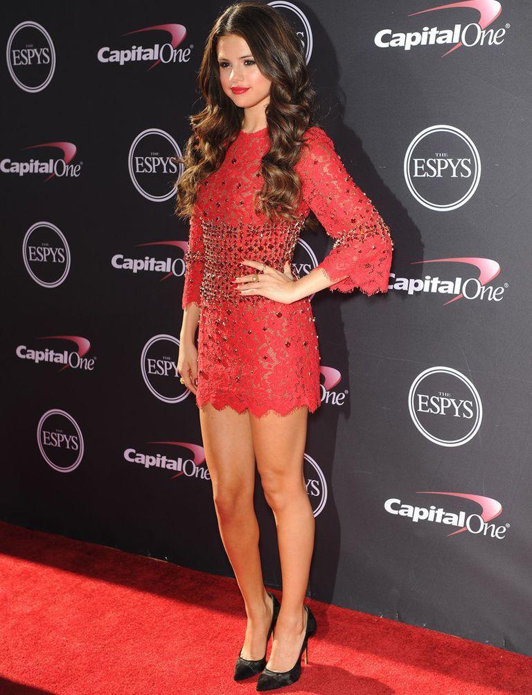 e6663b4f313 Selena Gomez consigue un look sexy gracias a su minivestido rojo de encaje  y aplicaciones joya en la cintura