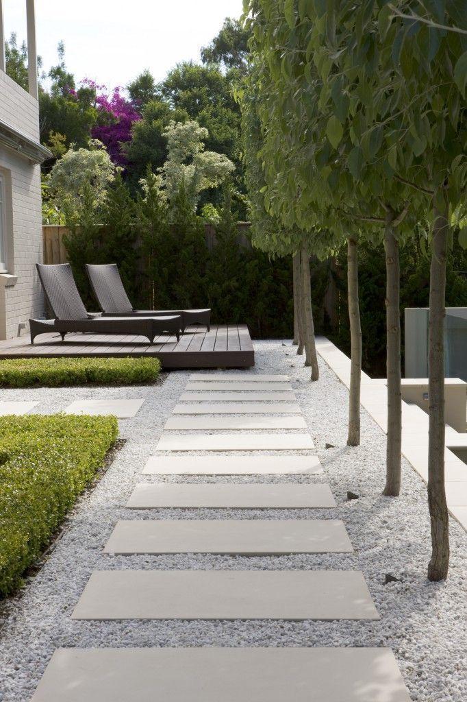 Moderne Gartengestaltungsideen, darunter zeitgenössische Pflastersteine, Zäune, Pflanzen und