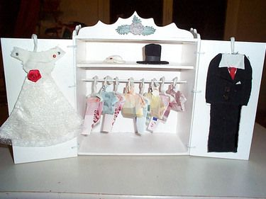 geldgeschenk im schrank hochzeitsgeschenk kleider geschenk hochzeit geschenke und geldgeschenke. Black Bedroom Furniture Sets. Home Design Ideas