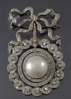 Platinum Set Edwardian Diamond and Pearl Brooch / Pendant, A beautiful piece typifying the high level of craftsmanship and intricacy of the Edwardian period. Set in fine filigree platinum, this beautiful piece features a pearl stone surrounded by diamonds and can be worn either as a brooch or a pendant on a necklace. #edwardianperiod