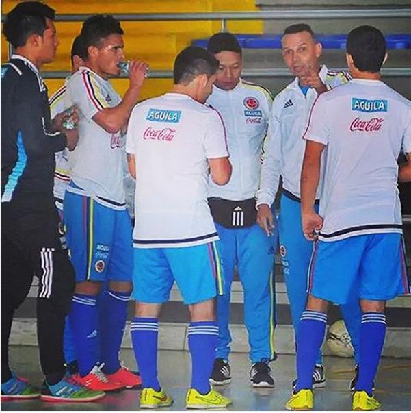 fcfseleccioncol#FCFFutsal clasificó a semifinales tras superar 3-2 a Uruguay. ¡Vamos #PorLaHistoriaFutsal! #CorazónTricolor #HinchaOficial