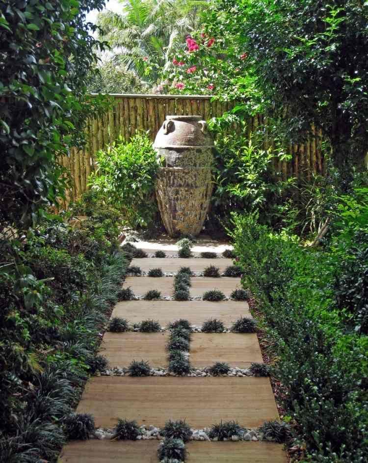 Gartenwege  alte Gegenstände als Gartendeko - großer Krug neben dem Gartenwege ...