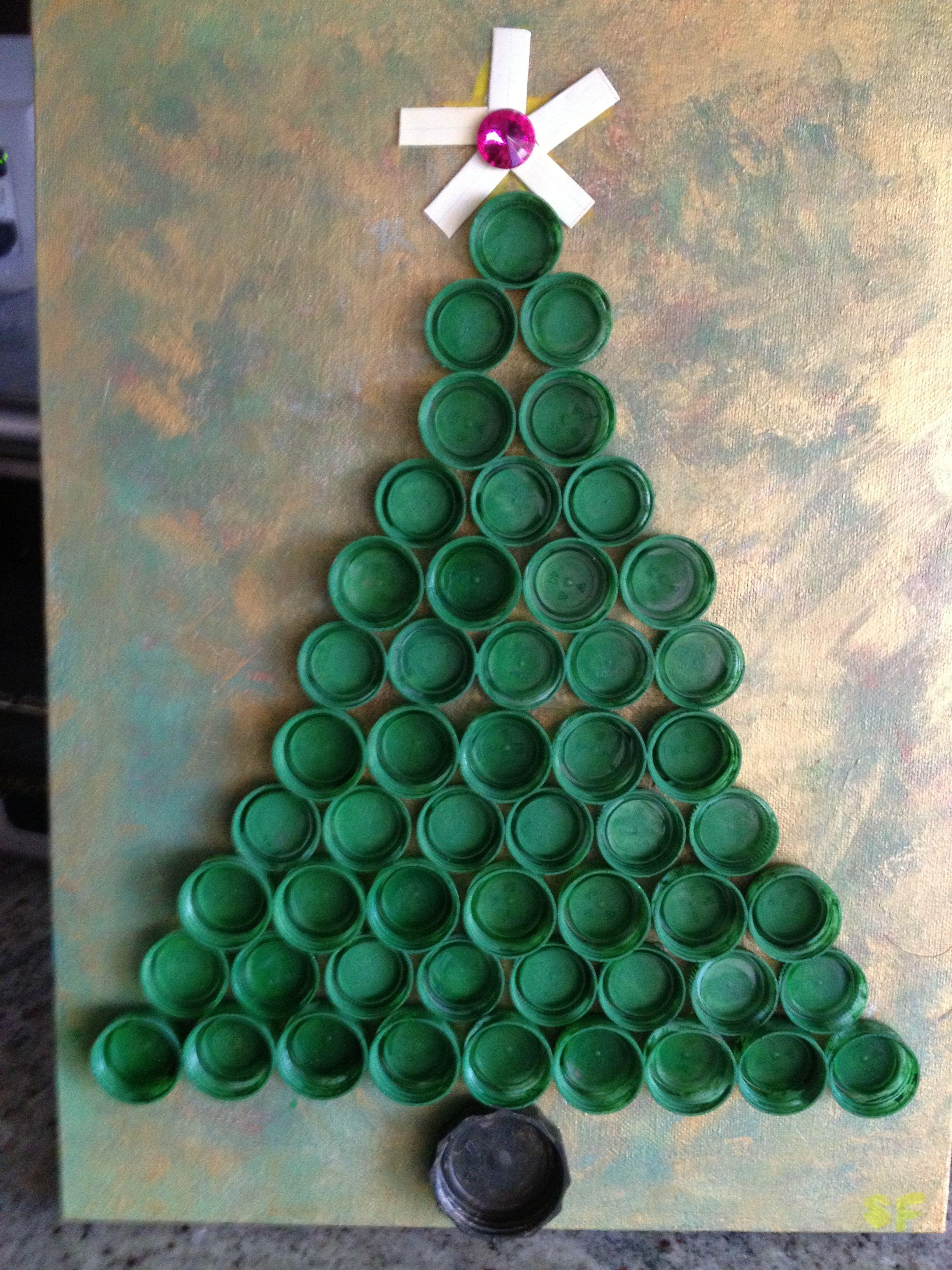 DIY Xmas tree made from recycled bottle caps. Decoração