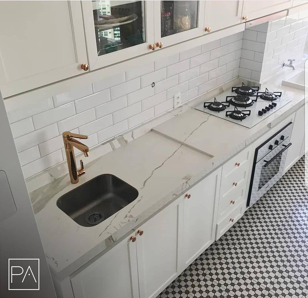 No window kitchen sink  porcelanatos no revestimento de bancadas escadas e mobiliário fotos