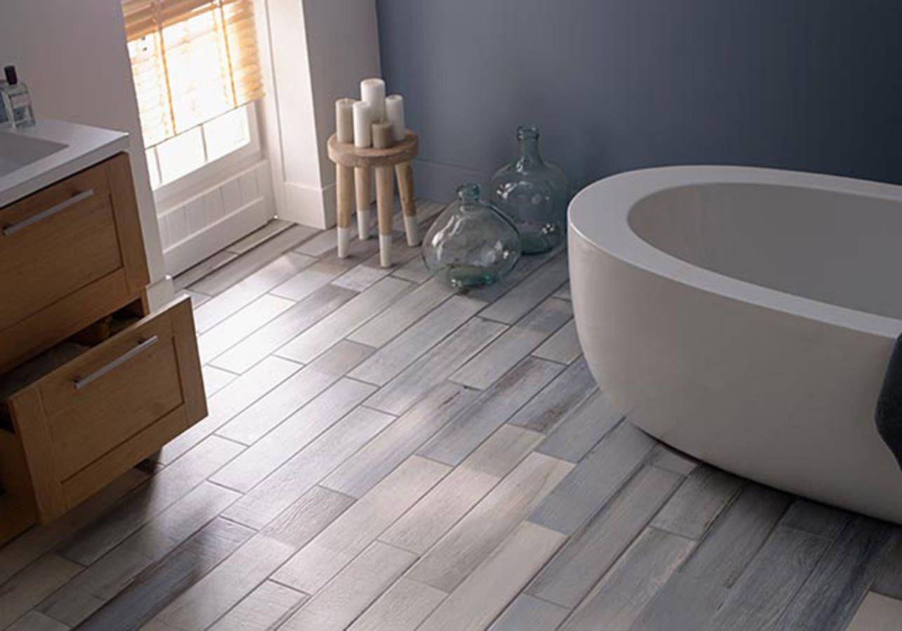 un sol de salle de bains style bord de mer