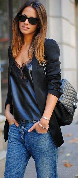 Schwarzes Sakko, Schwarzes Ärmelloses Oberteil aus Leder, Blaue Jeans,  Schwarze gesteppte Leder Umhängetasche für Damen 3071818c2f