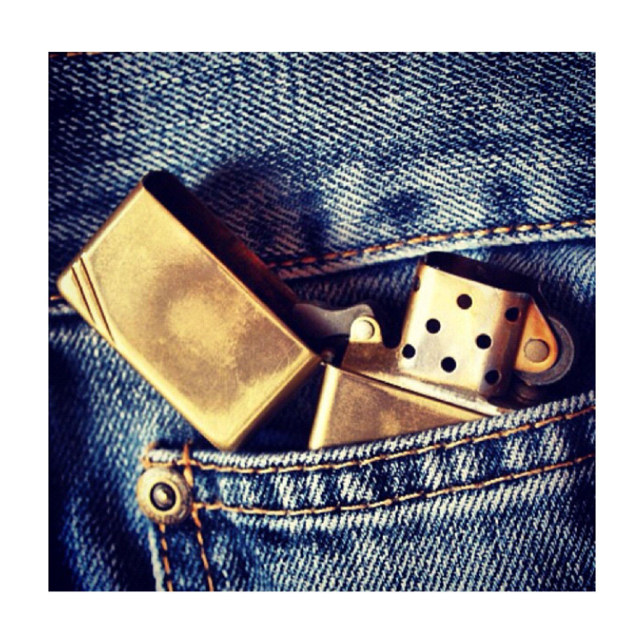 Sabías que el bolsillo pequeño de tus vaqueros ha sido diseñado para tu Zippo. Muestra de ello, es está foto donde puedes comprobar que encaja perfectamente. Dale uso a ese bolsillo olvidado... #zippo #zipporepublic #windproof #réplica #gold #smart #pocket #jeans #gentleman