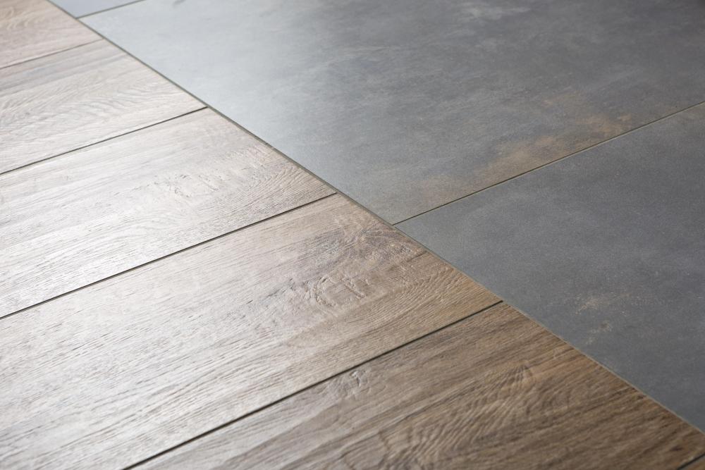 De houtlook tegels lopen fraai door op de vloer en de wand