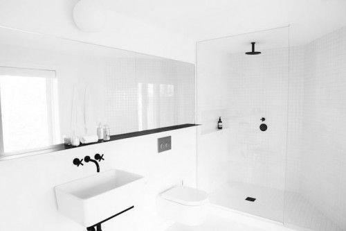 Witte badkamer met zwarte details | GD4_Rebranding onderzoek ...