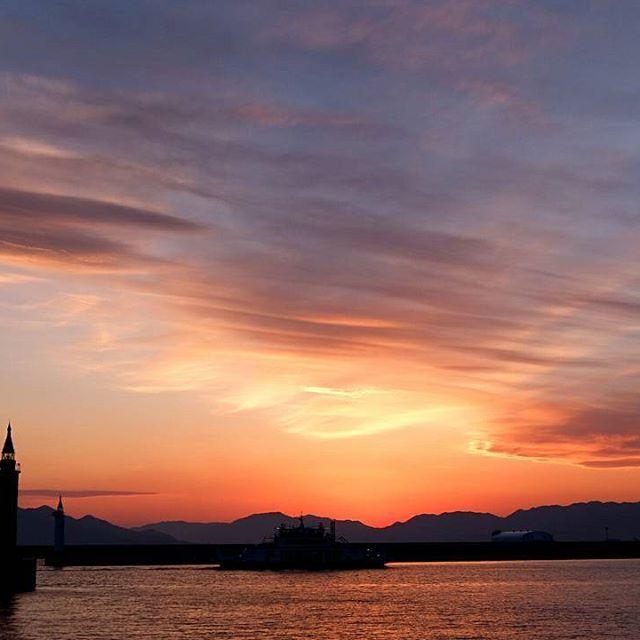 【taako716】さんのInstagramをピンしています。 《イマソラ ホントはブルーバトン用に撮りに行ったのに😂 あまりにも夕焼けが綺麗だったのでこちらにしました😳 しっとりしてほんとに綺麗でした✨✨ 今日は休みで家でのんびりしてたけど明日が雨と知ってまたダッシュで海岸へ😂行って良かったー💓満足満足😊 #イマソラ #sunset #sun #clouds #sky #sea #lighthouse #orange #夕焼け #ゆうやけ #空と雲 #海 #灯台 #ダレカニミセタイソラ #おじいちゃんもいたよ #いつもの場所》