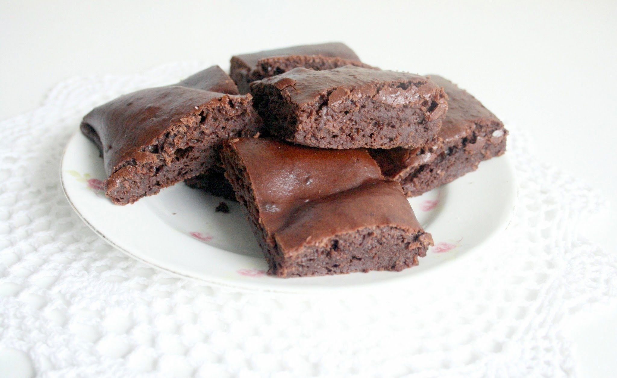 Easy Fat Free Brownies  •  Free tutorial with pictures on how to bake a brownie in under 30 minutes #howto #tutorial