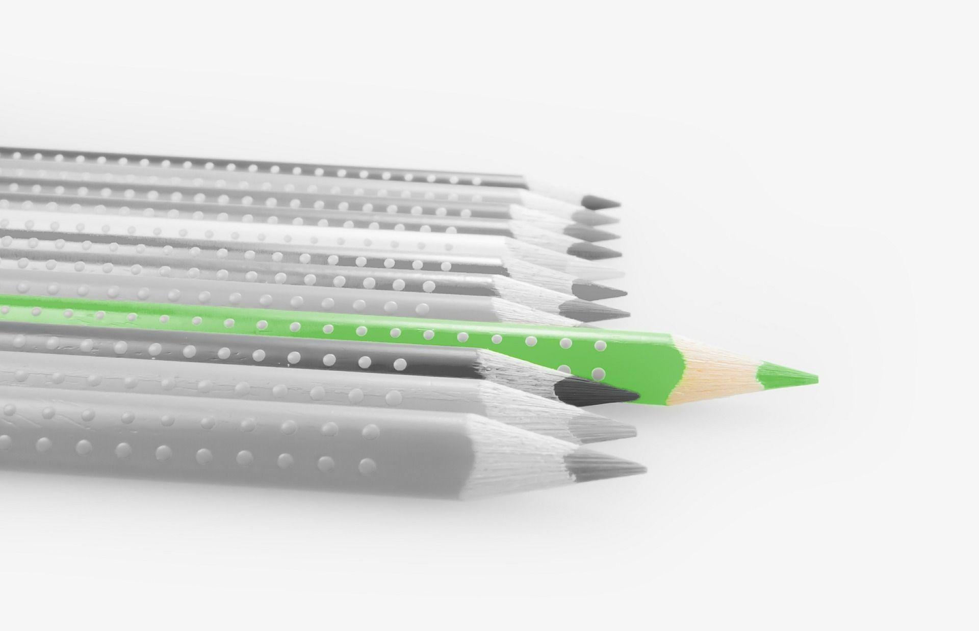 Metoda zielonego ołówka polega na zmianie techniki nauczania z tejopierającej się na podkreślaniu popełnionych przez dziecko błędów nakoncentrację i wyróżnianie najdoskonalszych elementów.  Zamiast podkreślać w zeszycie dziecka czerwonym długopisem popełnione błędy zaznacz zielonym kolorem to, co wyszło naprawdę dobrze. Jaka jest różnica pomiędzy tymi dwoma technikami? Używając czerwonego długopisu do zaznaczenia błędów koncentrujemy się …