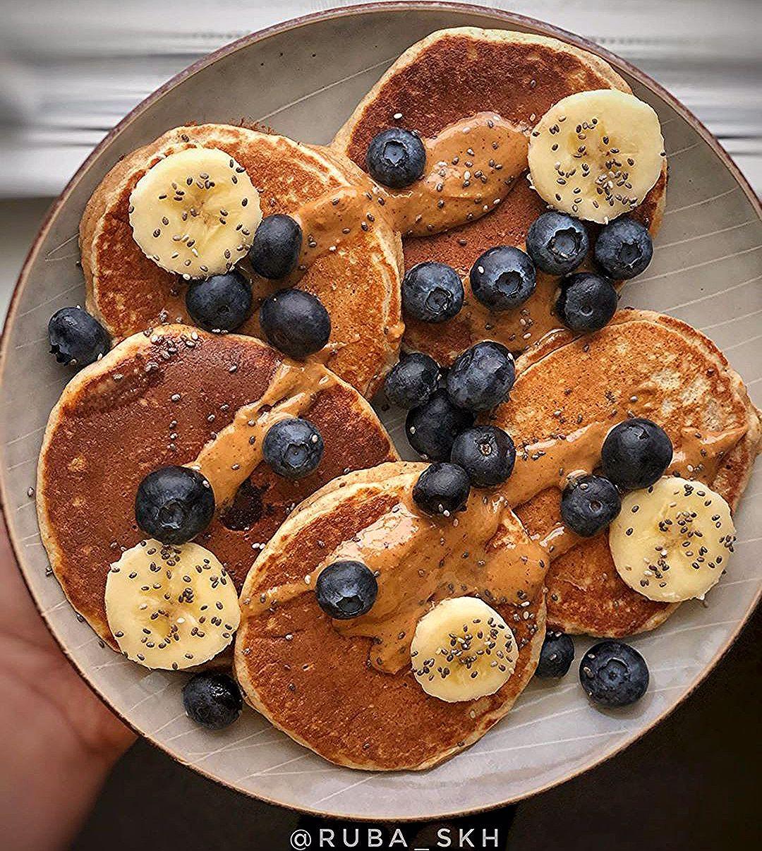 صباح الخير بتوقيتنا بانكيك بالدقيق الاسمر لذيذ وسهل نص كوب دقيق سكوب بروتين باودر نص م ص بيكنج باودر رش Food Healthy Breakfast Breakfast