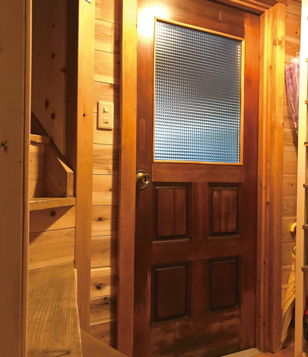 住宅のドア窓に 自然光が差し込む素敵な玄関ドアに仕上がりました