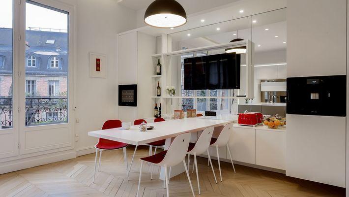 cuisine ouverte #design de #luxe dans un appartement Haussmannien à