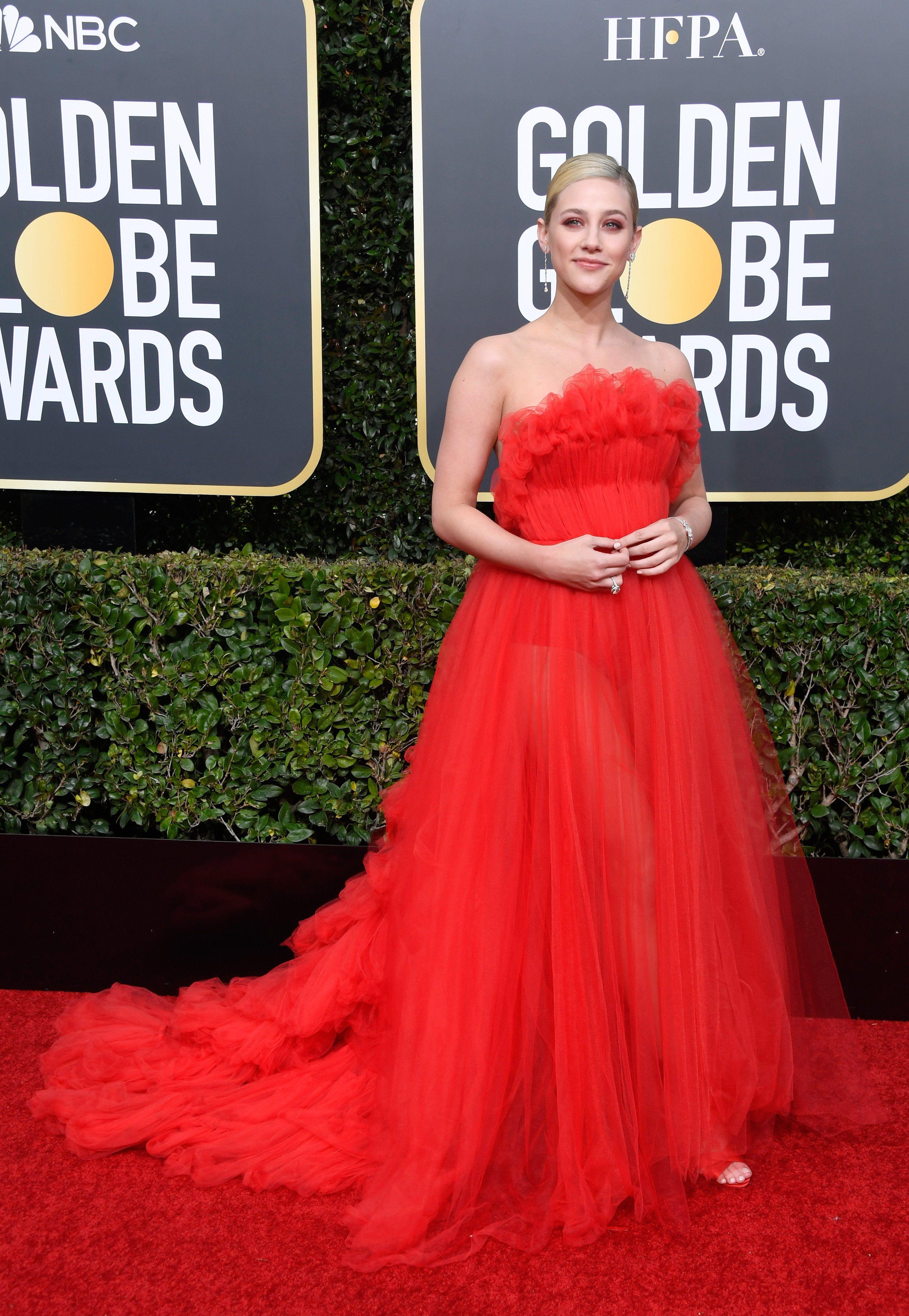 c6a8c852ab2a35 Look do Dia: Lili Reinhart ficou uma diva com este vestido vermelho ...
