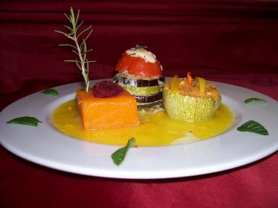 Timbal de hortalizas, dado de calabaza confitada en naranja con remolacha y cestita de calabacín http://www.vegetasana.com/2012/02/creps-de-mijo-rellenas-de-tofu-ahumado.html