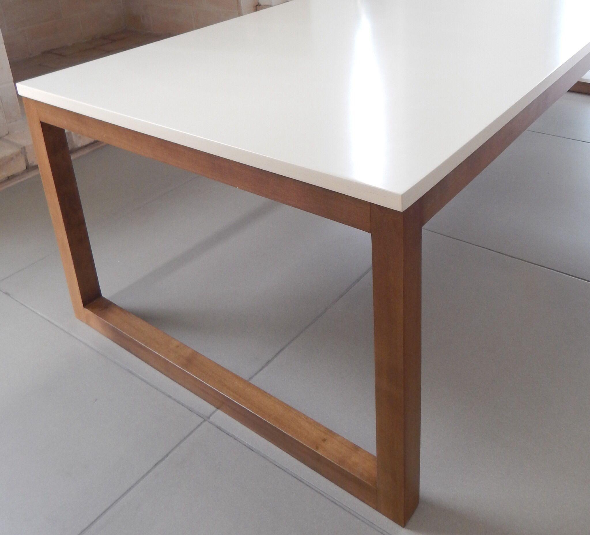Mesa con tapa laqueada beige y patas en madera. CONTACTO Facebook ...