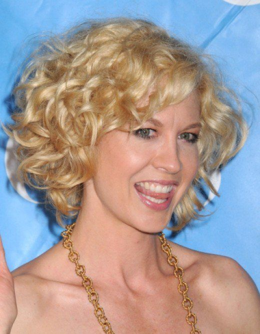 Jenna Elfman's cute short curly hairstyle
