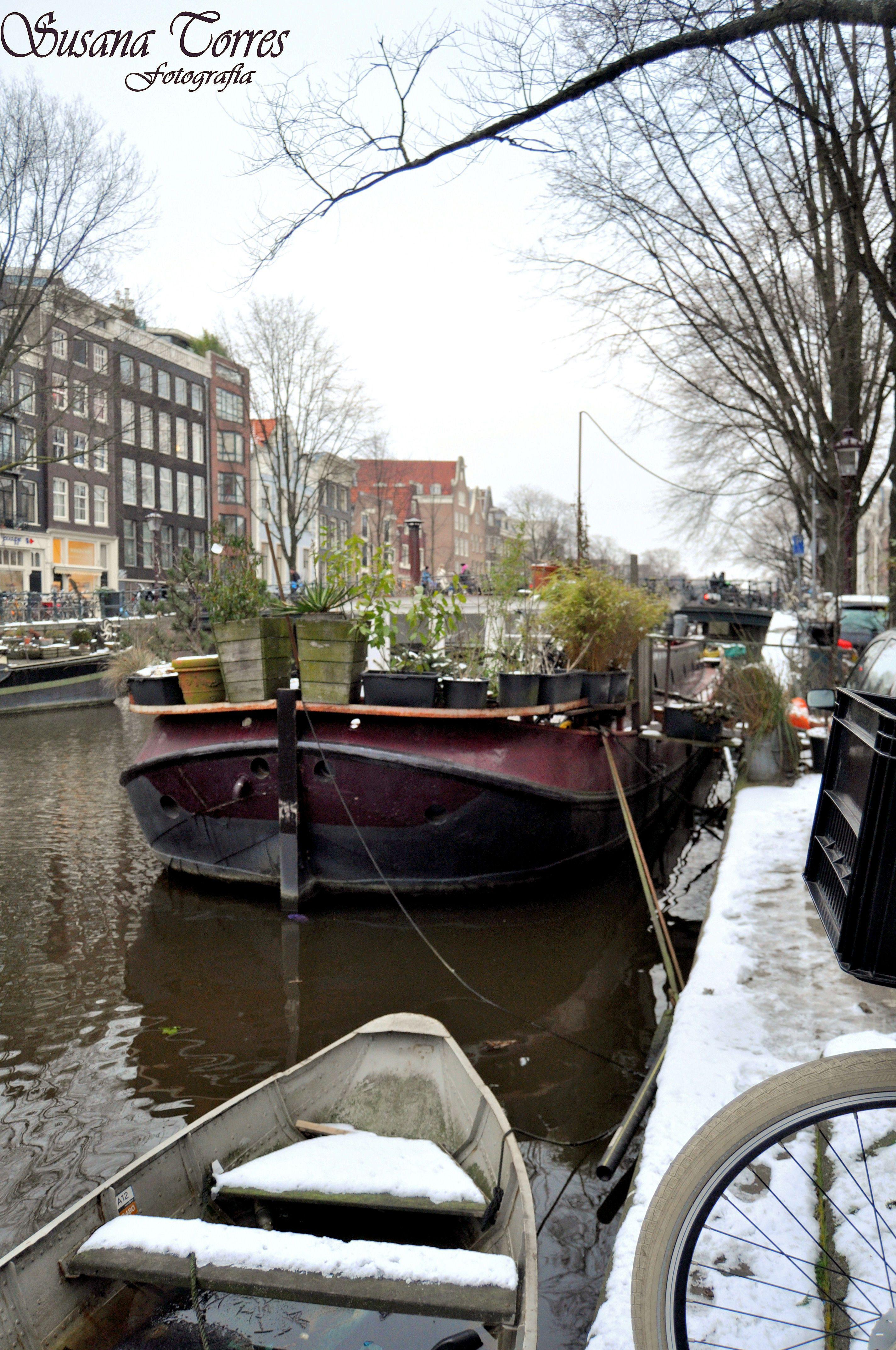 casas-barco en la ribera del canal.