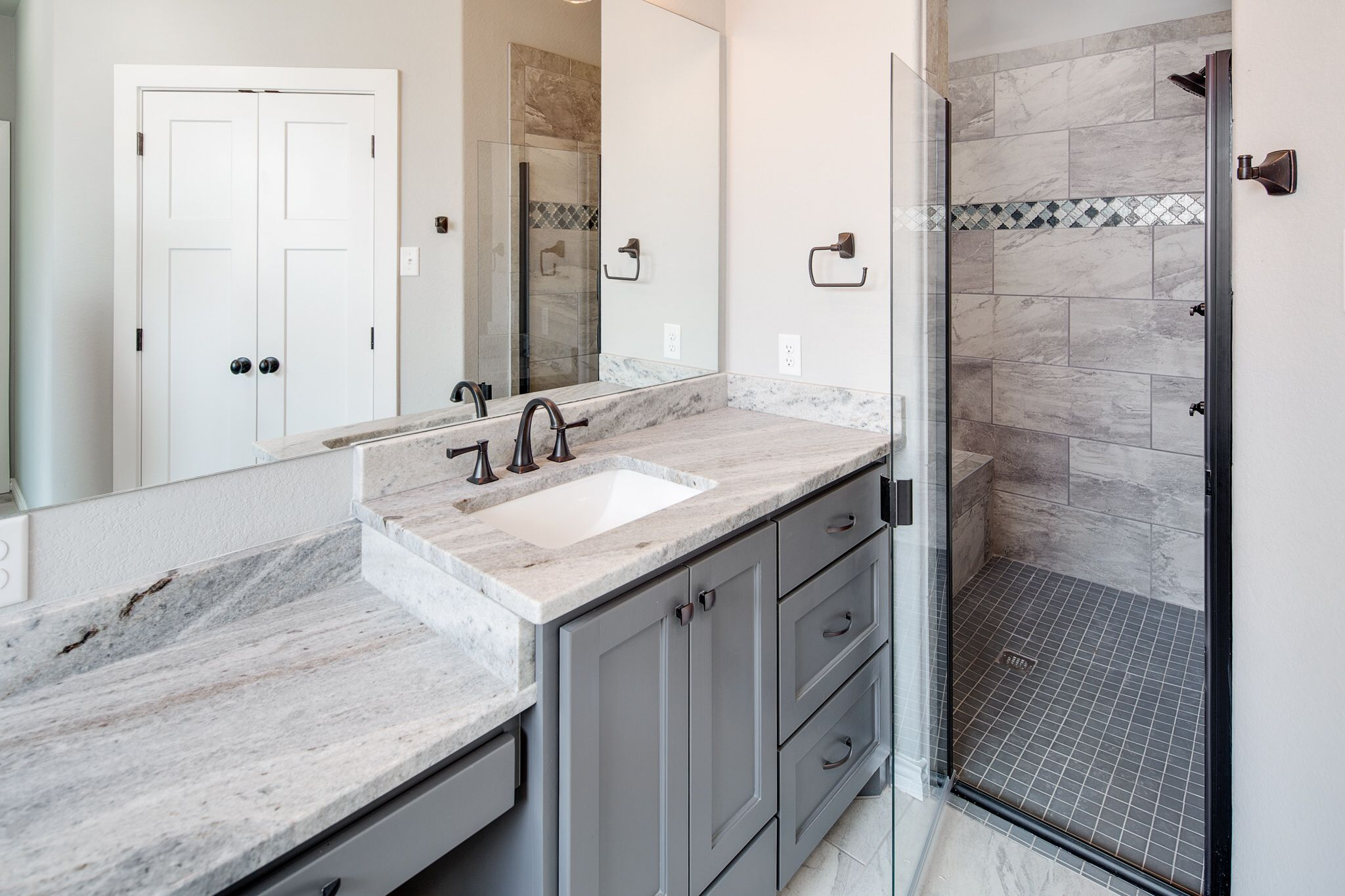 Best Gray Cabinets Fantasy Brown Granite Countertops Oil 640 x 480
