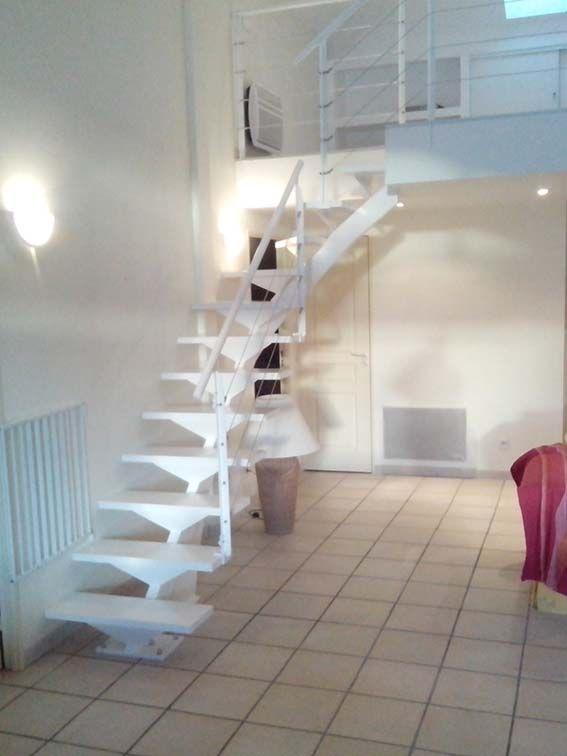Escalera en espiral lacada en blanco para entreplanta for Escaleras modernas para espacios pequenos